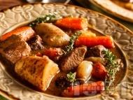 Френско телешко задушено с картофи, моркови и домати